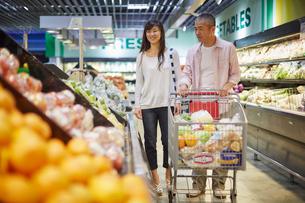 スーパーマーケットで買い物をする夫婦の写真素材 [FYI02058218]