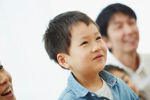 家族と一緒に微笑む男の子の写真素材 [FYI02058223]
