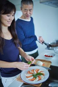 料理をするミドル夫婦の写真素材 [FYI02058225]