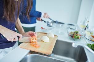 料理をするミドル夫婦の写真素材 [FYI02058234]