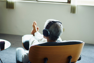 ヘッドフォンで音楽を聴くシニア男性の写真素材 [FYI02058244]