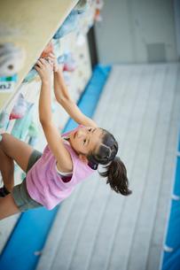 ボルダリングをする女の子の写真素材 [FYI02058247]