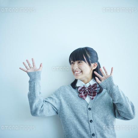 手を振る女子学生の写真素材 [FYI02058256]