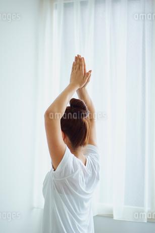 ヨガをする女性の写真素材 [FYI02058271]