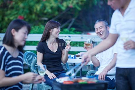 ガーデンパーティーをする2組の夫婦の写真素材 [FYI02058272]