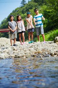 河原に立つ笑顔の子供達の写真素材 [FYI02058288]