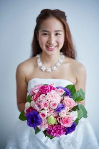 ブーケを持つ花嫁の写真素材 [FYI02058289]