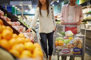 スーパーマーケットで買い物をする夫婦の写真素材 [FYI02058309]