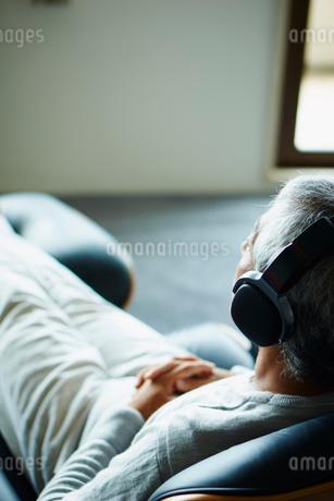 ヘッドフォンで音楽を聴くシニア男性の写真素材 [FYI02058311]