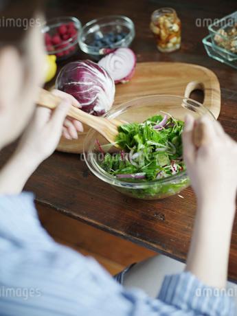 グリーンサラダを作る女性の写真素材 [FYI02058315]