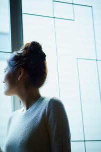 窓から外を眺める女性の写真素材 [FYI02058320]