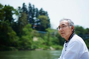 川を眺めるシニア男性の写真素材 [FYI02058326]