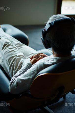 ヘッドフォンで音楽を聴くシニア男性の写真素材 [FYI02058328]