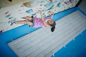 ボルダリングをする女の子の写真素材 [FYI02058333]