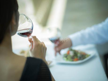 赤ワインを飲むミドル女性の写真素材 [FYI02058335]