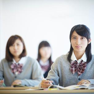 授業中の女子学生の写真素材 [FYI02058348]