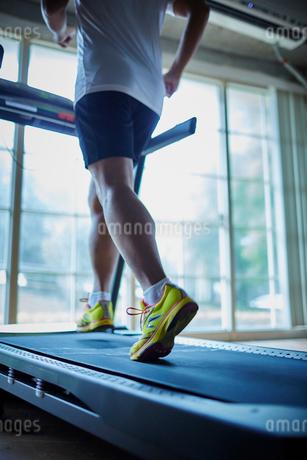 ランニングマシーンでトレーニングするシニア男性の写真素材 [FYI02058362]