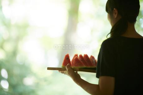 スイカを持つ女性の写真素材 [FYI02058375]