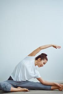 ストレッチをする女性の写真素材 [FYI02058382]