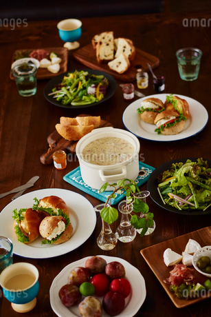 テーブルの上の料理の写真素材 [FYI02058402]