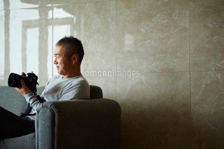 カメラを持つミドル男性の写真素材 [FYI02058403]