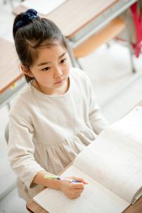 教室で勉強する小学生の女の子の写真素材 [FYI02058408]