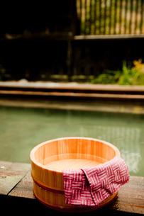 露天風呂の風呂桶と手ぬぐいの写真素材 [FYI02058414]