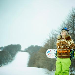 スノーボードを持つ男の子の写真素材 [FYI02058420]