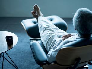 椅子に座りくつろぐシニア男性の写真素材 [FYI02058423]