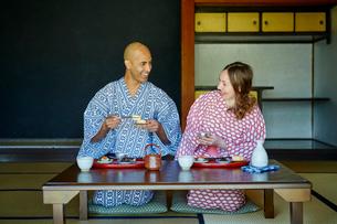 浴衣姿で食事をする外国人カップルの写真素材 [FYI02058430]