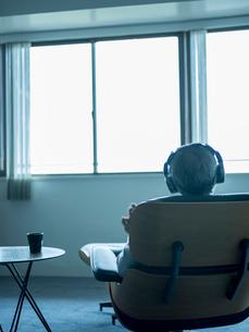 ヘッドフォンで音楽を聴くシニア男性の写真素材 [FYI02058436]