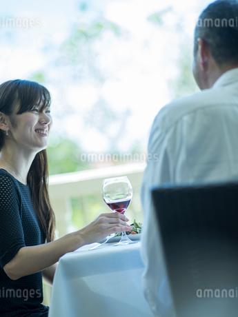食事をするミドル夫婦の写真素材 [FYI02058437]