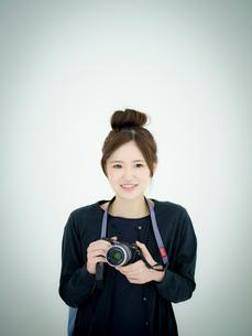 カメラを持つ女性の写真素材 [FYI02058447]