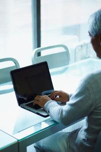 ノートパソコンを操作するシニア男性の写真素材 [FYI02058463]