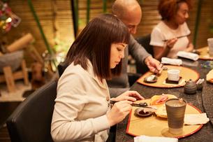 寿司屋で食事をする外国人の写真素材 [FYI02058464]