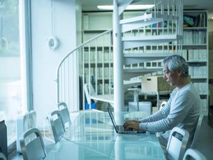 オフィスで仕事をするシニア男性の写真素材 [FYI02058466]