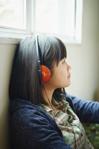 ヘッドフォンで音楽を聴く10代女性の写真素材 [FYI02058474]