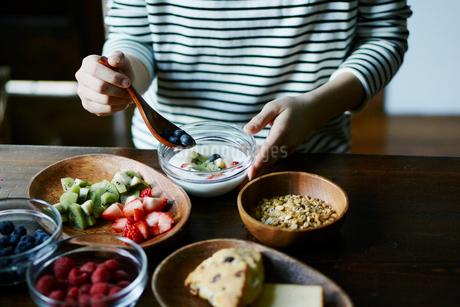 朝食を食べる女性の手元の写真素材 [FYI02058476]