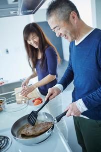 料理をするミドル夫婦の写真素材 [FYI02058493]