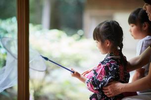 捕虫網を持った浴衣姿の女の子の写真素材 [FYI02058501]