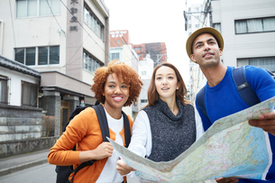 地図を持つ外国人と日本人の写真素材 [FYI02058510]