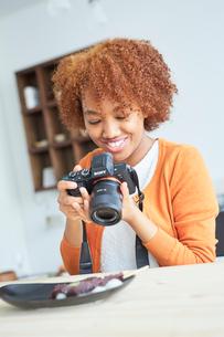 串団子をカメラで撮影する外国人女性の写真素材 [FYI02058512]