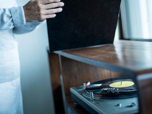 レコードプレイヤーとシニア男性の写真素材 [FYI02058517]