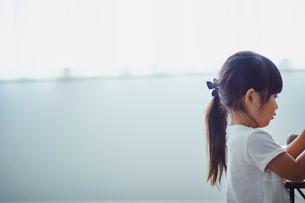 女の子の横顔の写真素材 [FYI02058524]
