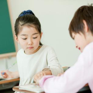 教室で勉強する小学生の男の子と女の子の写真素材 [FYI02058531]