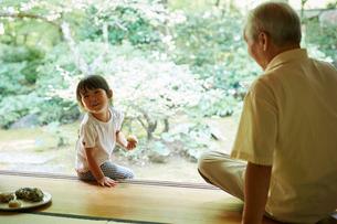 おにぎりを食べる女の子と祖父の写真素材 [FYI02058533]