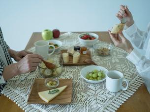 食事をするミドル夫婦の手の写真素材 [FYI02058542]