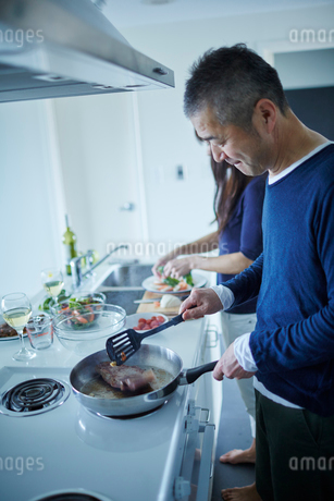 料理をするミドル夫婦の写真素材 [FYI02058546]