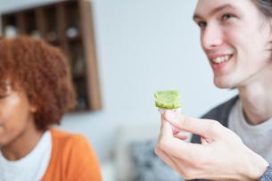 串団子を食べる外国人カップルの写真素材 [FYI02058552]