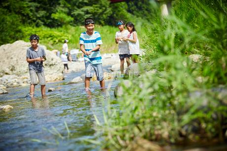 川遊びをする子供達の写真素材 [FYI02058558]